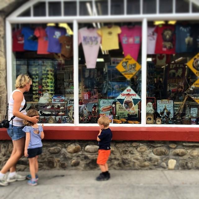 Window shopping in Jasper